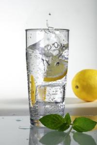 Bei der 17-Tage-Diät beginnt der Tag mit einem Glas Zitronenwasser